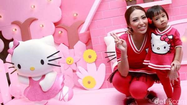 Serba Pink! Ayu Dewi Rayakan Ultah Anak dengan Tema Hello Kitty