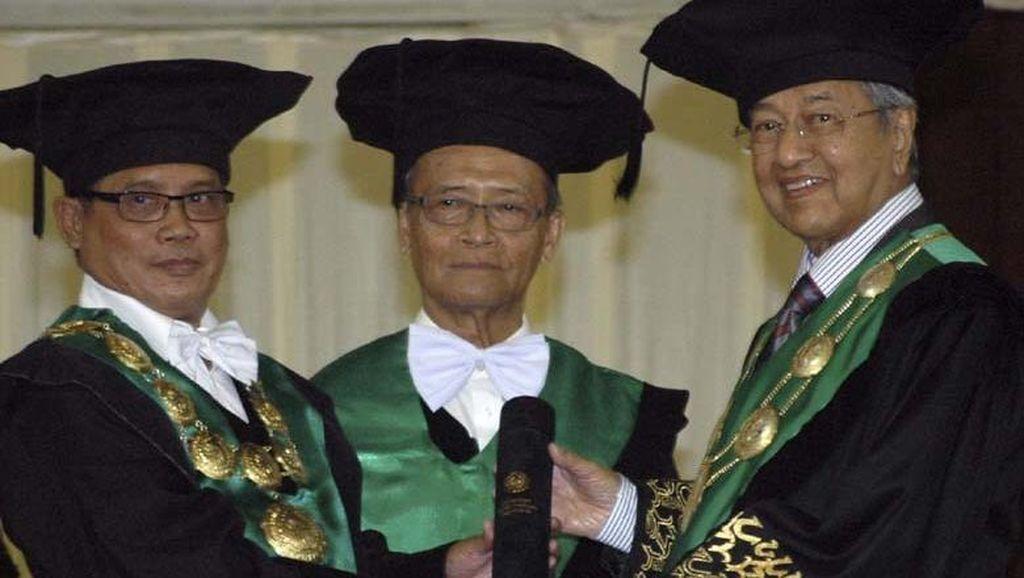 UMY Anugerahi Mahathir Muhammad Gelar Doktor Honoris Causa