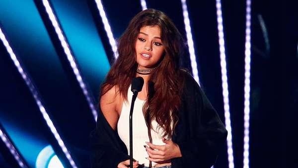 Selena Gomez Lebih Seksi dengan Jumpsuit atau Tank Top?