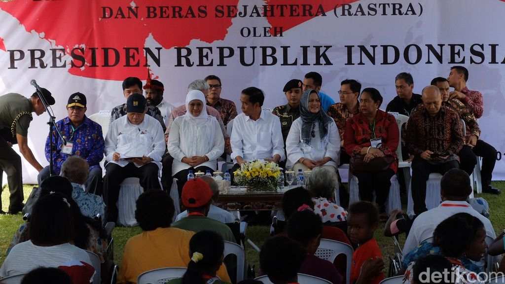 Tangis Haru Warga Manokwari Saat Terima Bantuan dari Jokowi