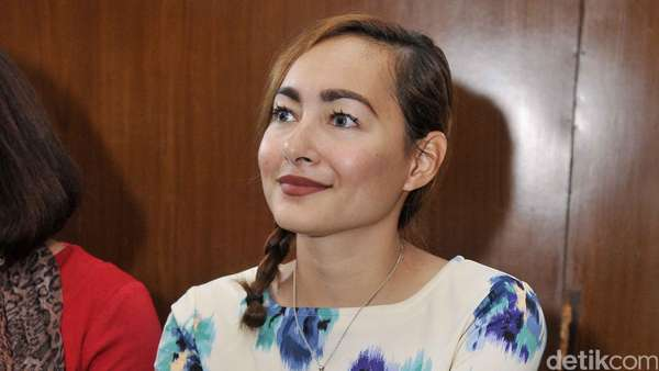Dewi Rezer Tampil Cantik di Sidang Cerai