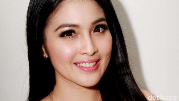 Bergaun Putih, Sandra Dewi Cantik Bak Princess