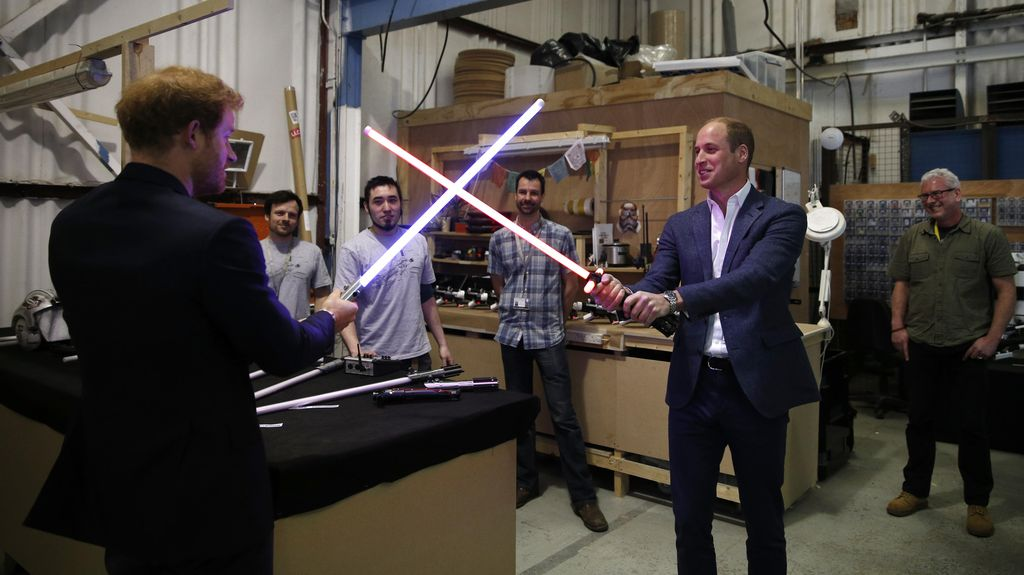 Kunjungi Set Star Wars, Pangeran William dan Harry Duel Lightsaber