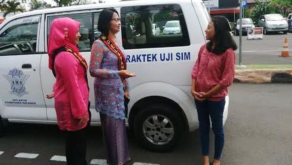 Polwan Polrestabes Surabaya Pakai Kebaya Layani Masyarakat
