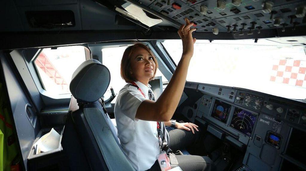Perjalanan Pilot Cantik Kapten Monika Menggapai Cita Hingga Angkasa