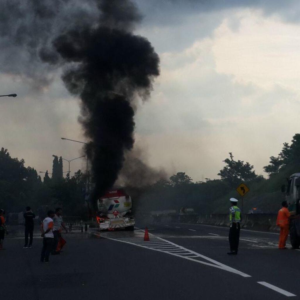 Truk Pengangkut Solar Terbakar di Tol Semarang