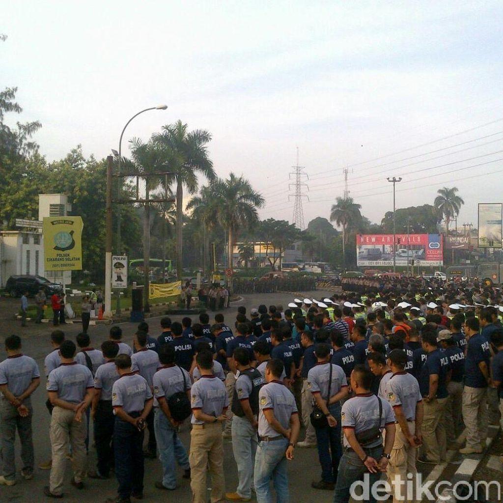 Polisi Kawal Ribuan Buruh dari Bekasi yang Akan ke Jakarta