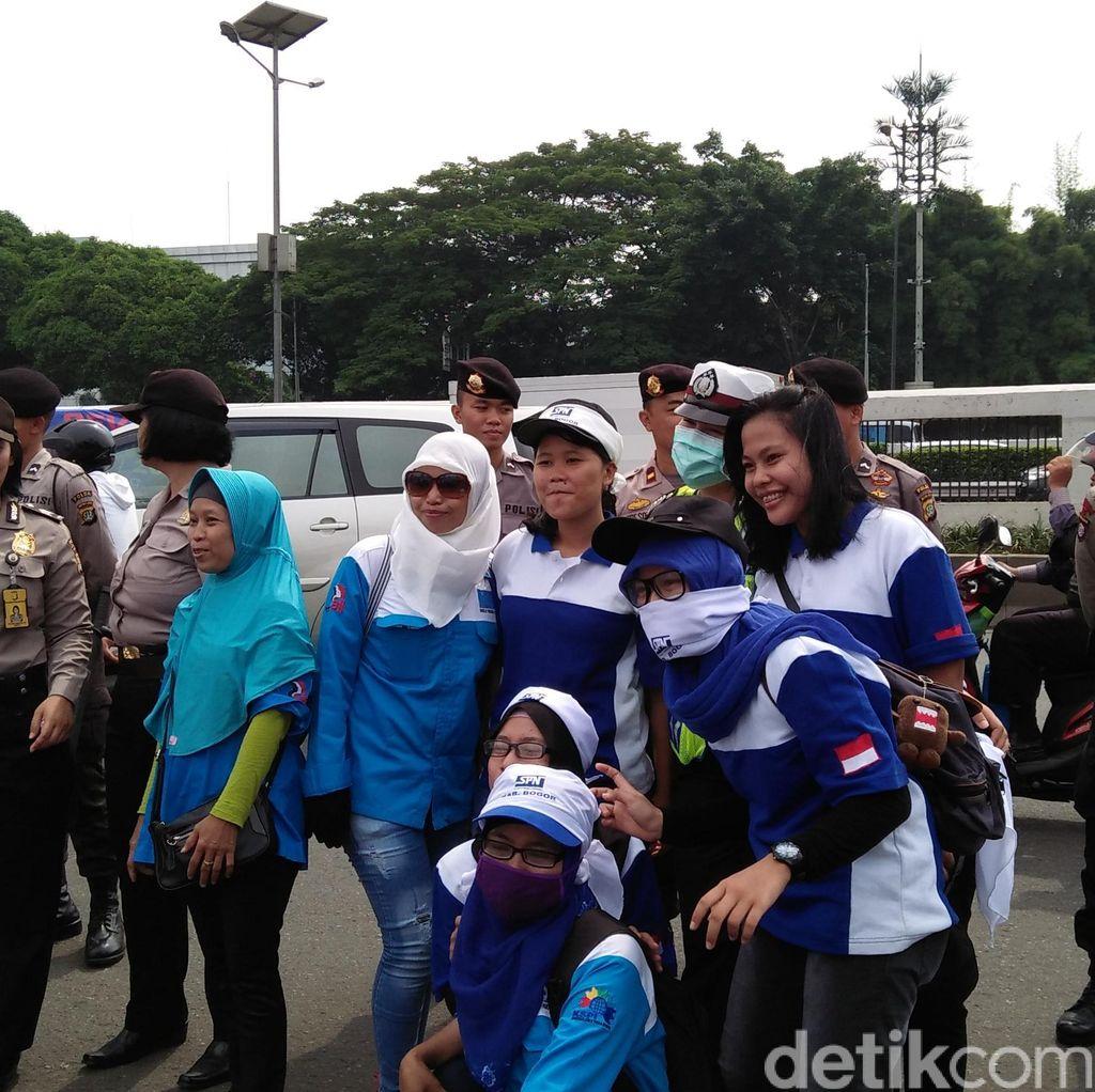 Demo di DPR, Para Buruh Selfie dengan Polisi