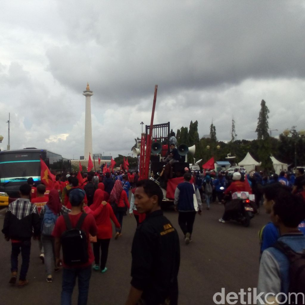 Massa Buruh di Depan Istana Merdeka Bubar, TransJ Beroperasi Normal Kembali