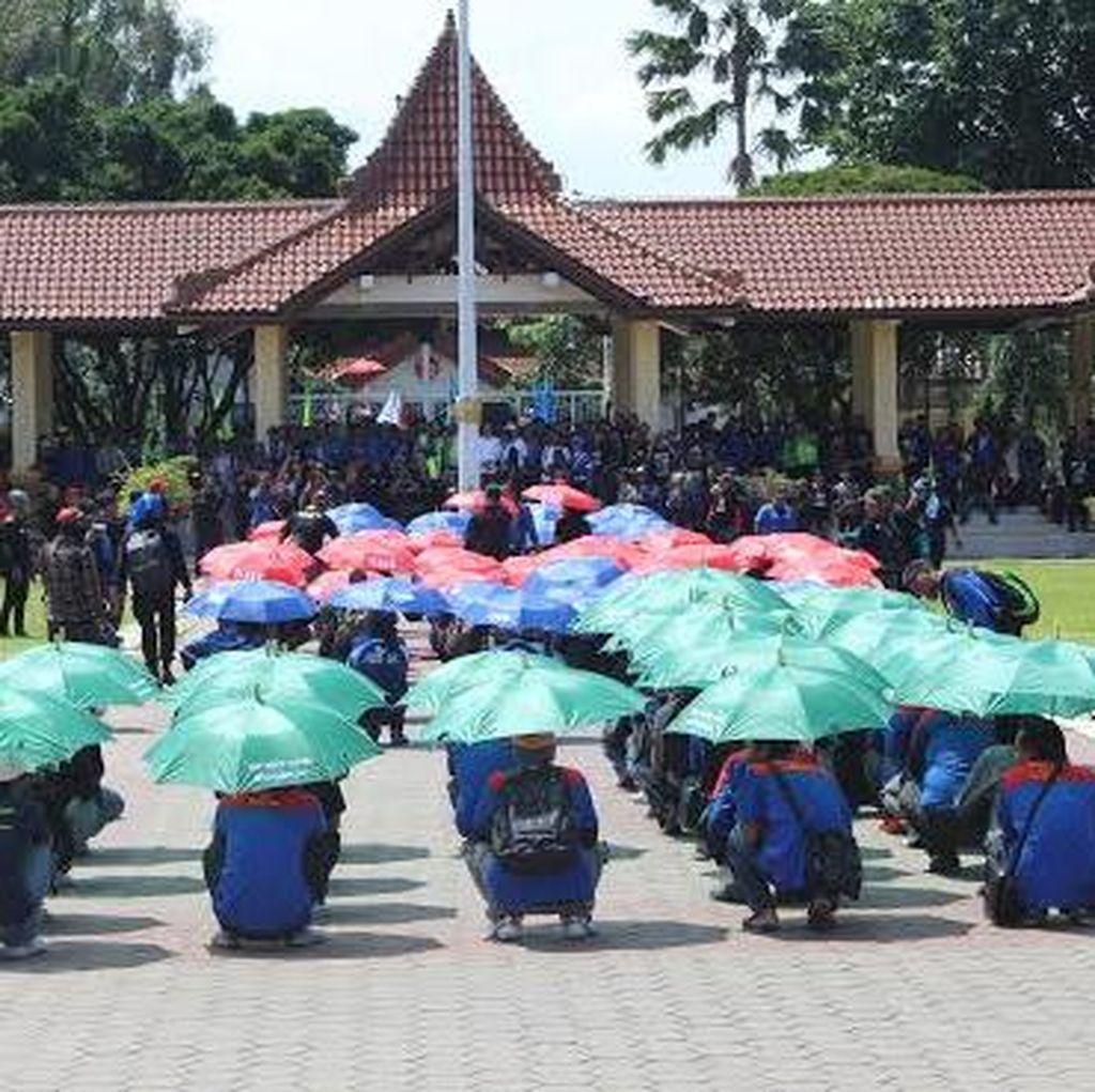 Ribuan Buruh di Sidoarjo Datangi Kantor Gubernur dengan Formasi Seribu Payung