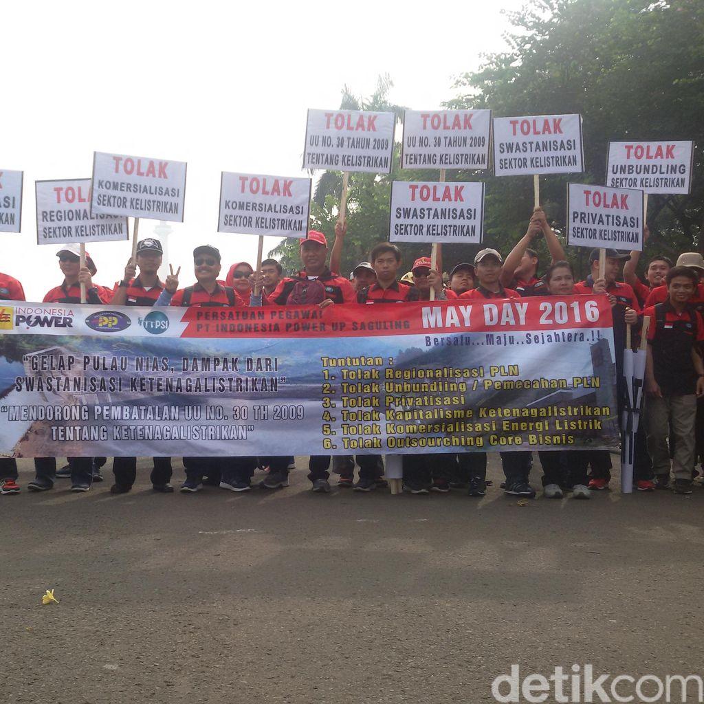 Buruh Mulai Berbaris di Depan Monas Siap-siap Menuju ke Istana