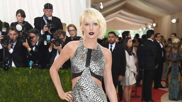 Never Out of Style! Gaya Futuristik Taylor Swift vs Selena Gomez di Met Gala