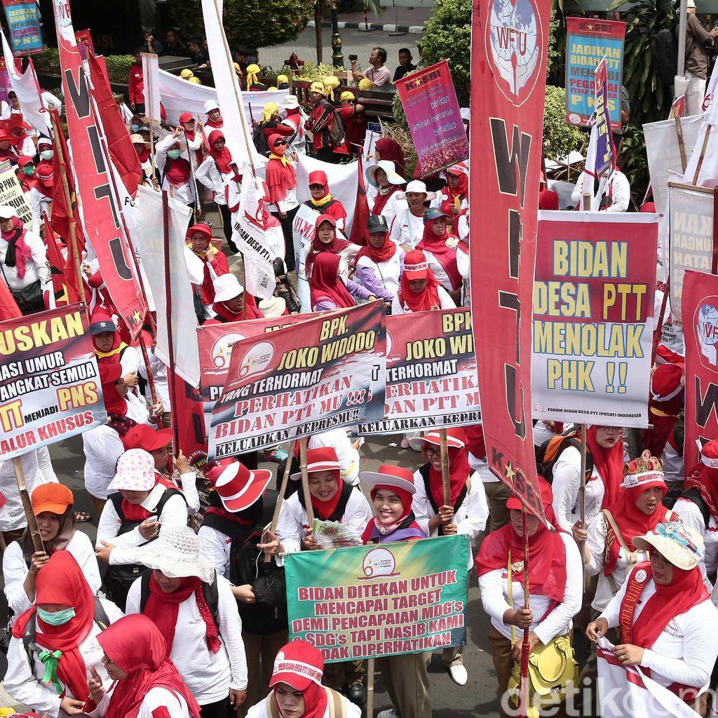 Massa Bidan Pindah Demo ke Istana, Lalin Depan Kemenkes Kembali Dibuka