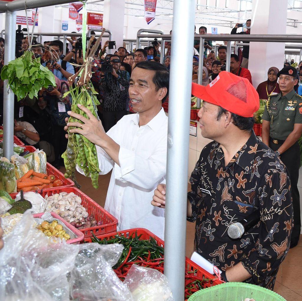 Tinjau Pasar di Banyumas, Presiden Jokowi Borong Petai dan Pare