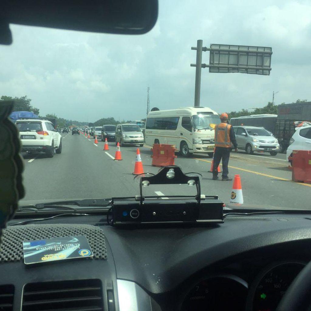 Macet Long Weekend, Polisi Berlakukan Contra Flow di KM 35-41 Tol Cikampek