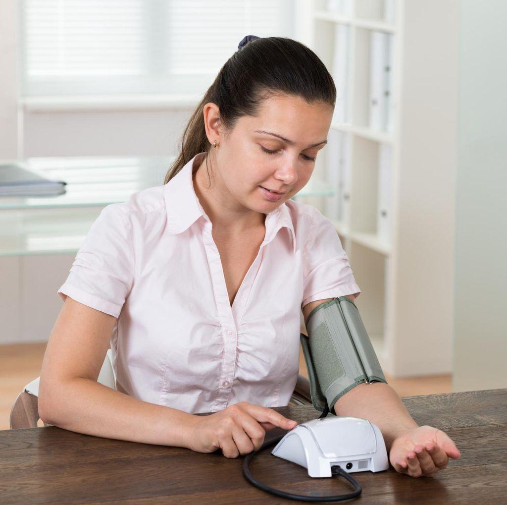 Bisa Dilakukan Sendiri, Begini Tips Agar Mengukur Tensi di Rumah Akurat