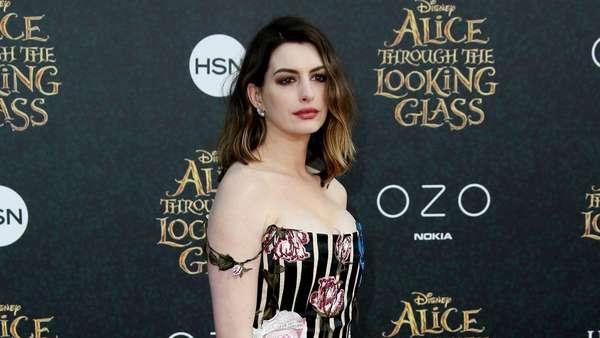 Hot Mom Alert! Anne Hathaway Makin Seksi Pasca Melahirkan