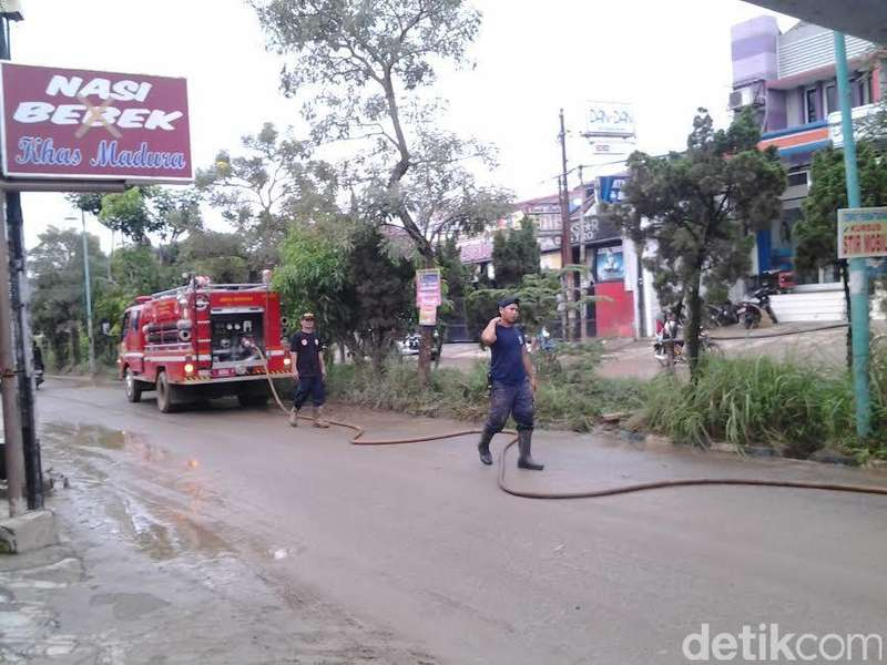 Kali ini Pemkab Bogor Sigap, Lumpur Sisa Banjir di Villa Nusa Indah Cepat Dibersihkan
