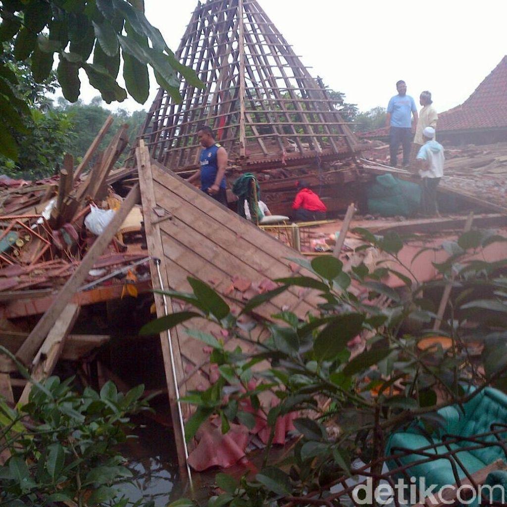 Vila di Sukabumi Ambruk, 1 Bocah Tewas dan 11 Orang Terluka