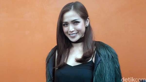 Jessica Iskandar Tampil dengan Jaket Bulu