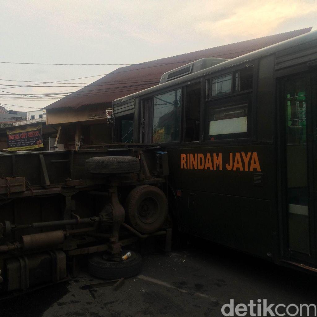 1 Orang Terluka Akibat Kecelakaan Bus TNI Tabrak Mobil Boks di Condet