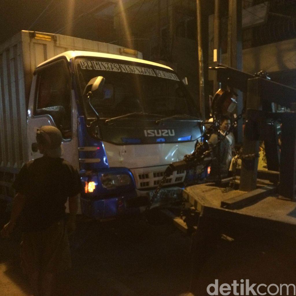 Mobil Boks dan Motor di Condet Berhasil Dievakuasi, Lalin Kembali Dibuka