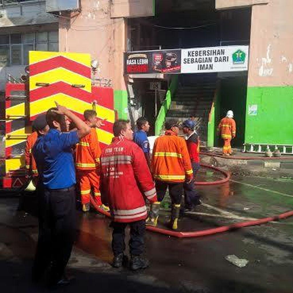 Empat Jam Berlalu, Petugas PMK Masih Melakukan Pembasahan Kebakaran Pasar Besar