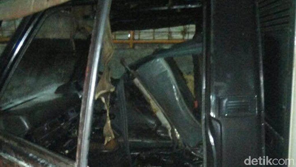 Sedang Diperbaiki, Sebuah Mobil Boks di Cakung Terbakar