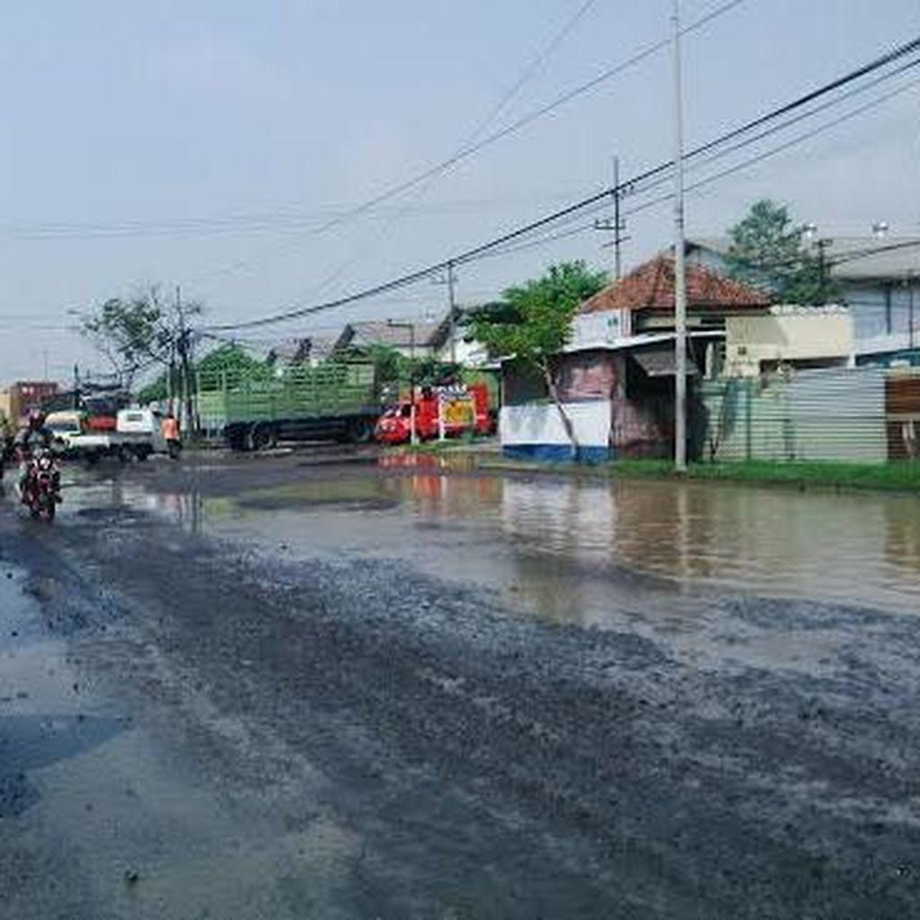 Jalan Kalianak Kembali Jadi Kubangan Pasca Hujan