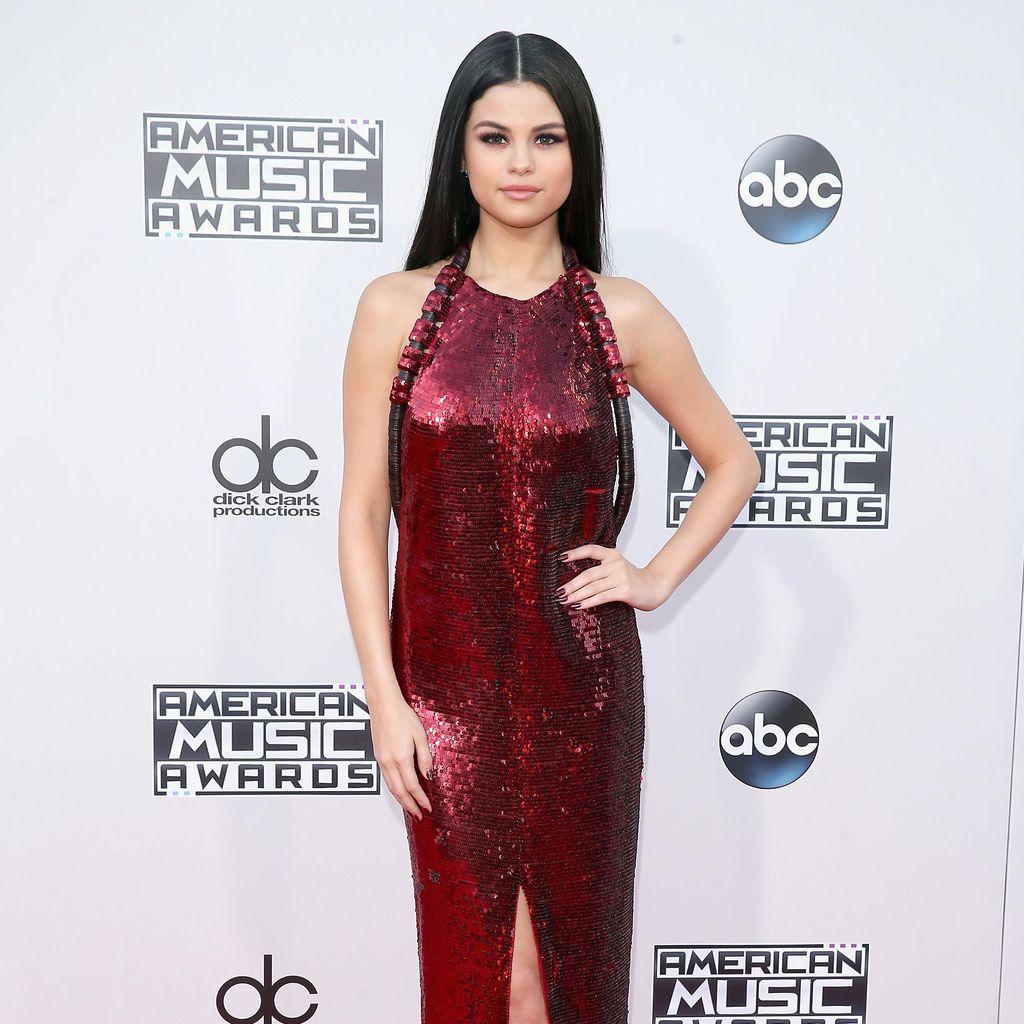 Terpeleset di Panggung, Selena Gomez Tetap Cool