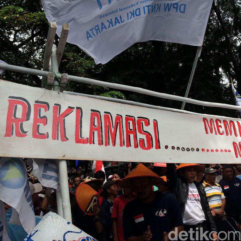 Jelang Sidang Putusan Reklamasi, Ratusan Nelayan Demo di Depan Gedung PTUN