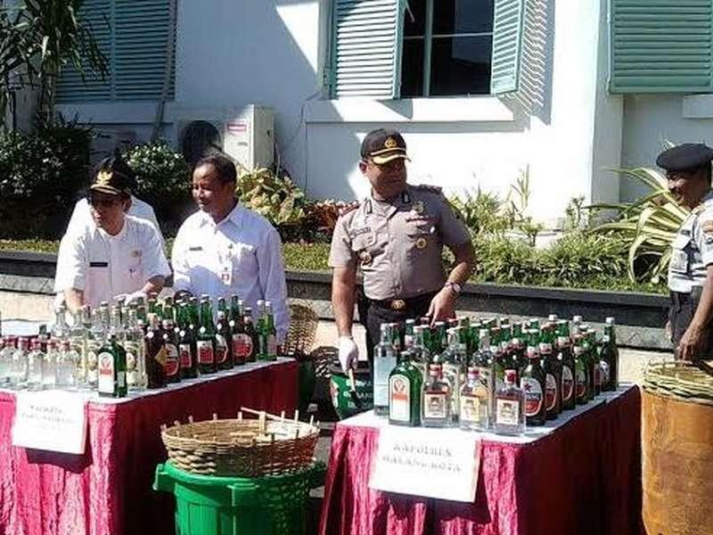Ribuan Botol Miras Dimusnahkan di Balai Kota Malang