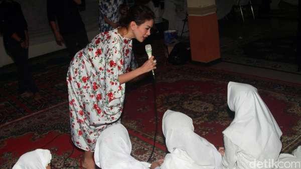 Nikita Mirzani Buka Puasa Bareng Anak Yatim