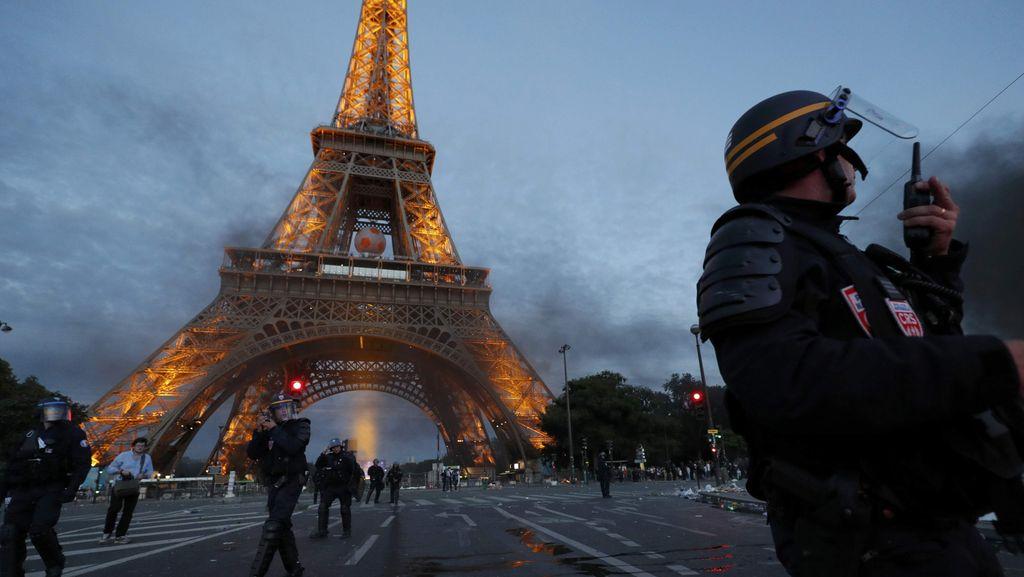 Turis di Menara Eiffel Sempat Dievakuasi Gara-gara Alarm Palsu Berbunyi