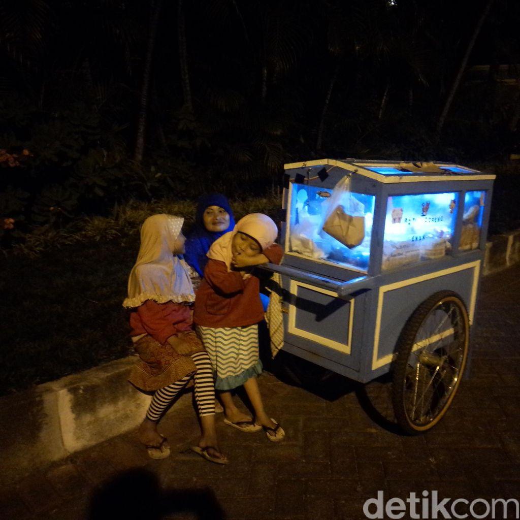 Kisah Srianah: Suami Sakit, Jalan Kaki Belasan Km Bersama 3 Anak untuk Jual Kue