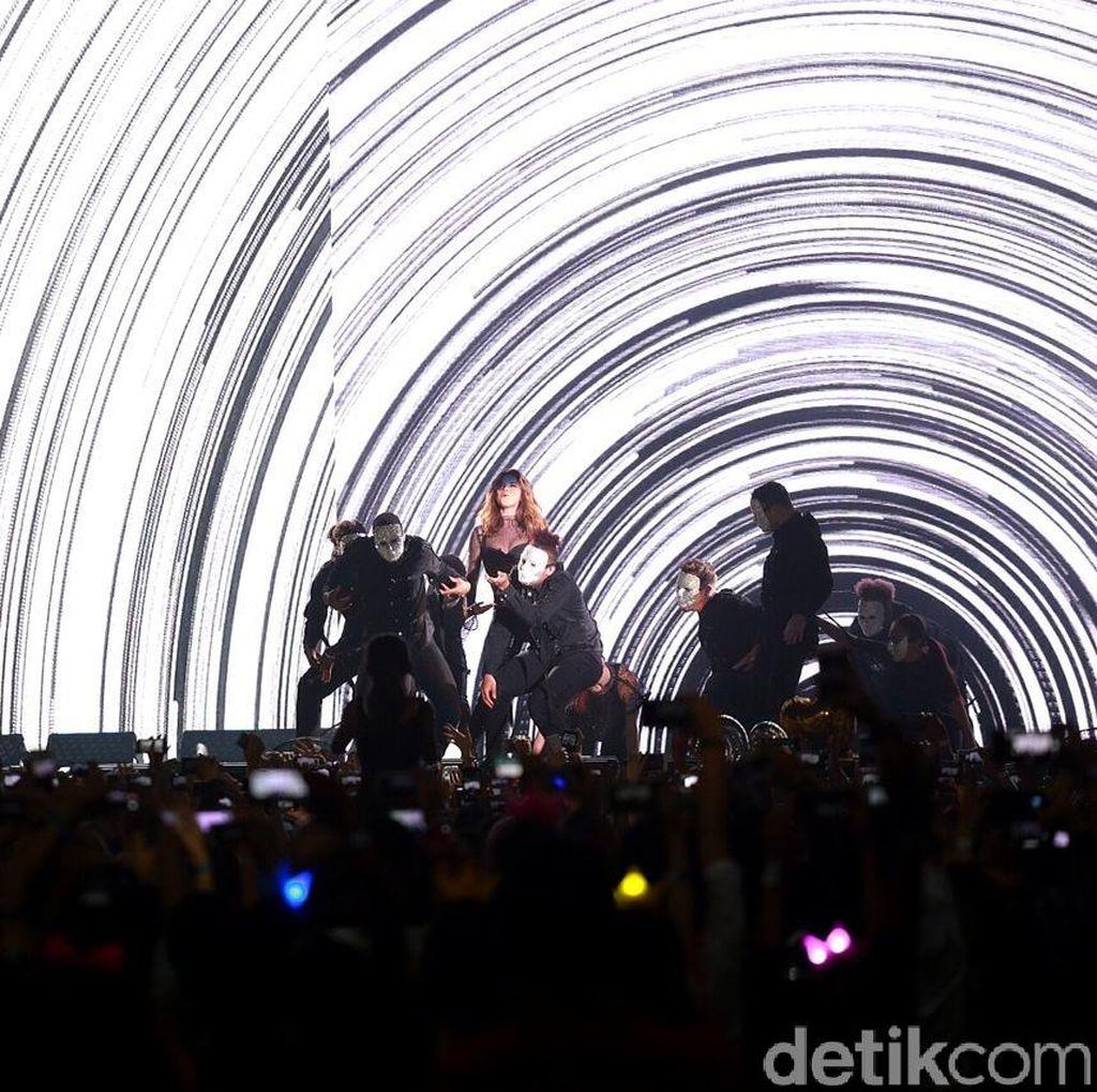 Benarkah Selena Gomez Menangis Bahagia di Konser Revival Tour Jakarta?