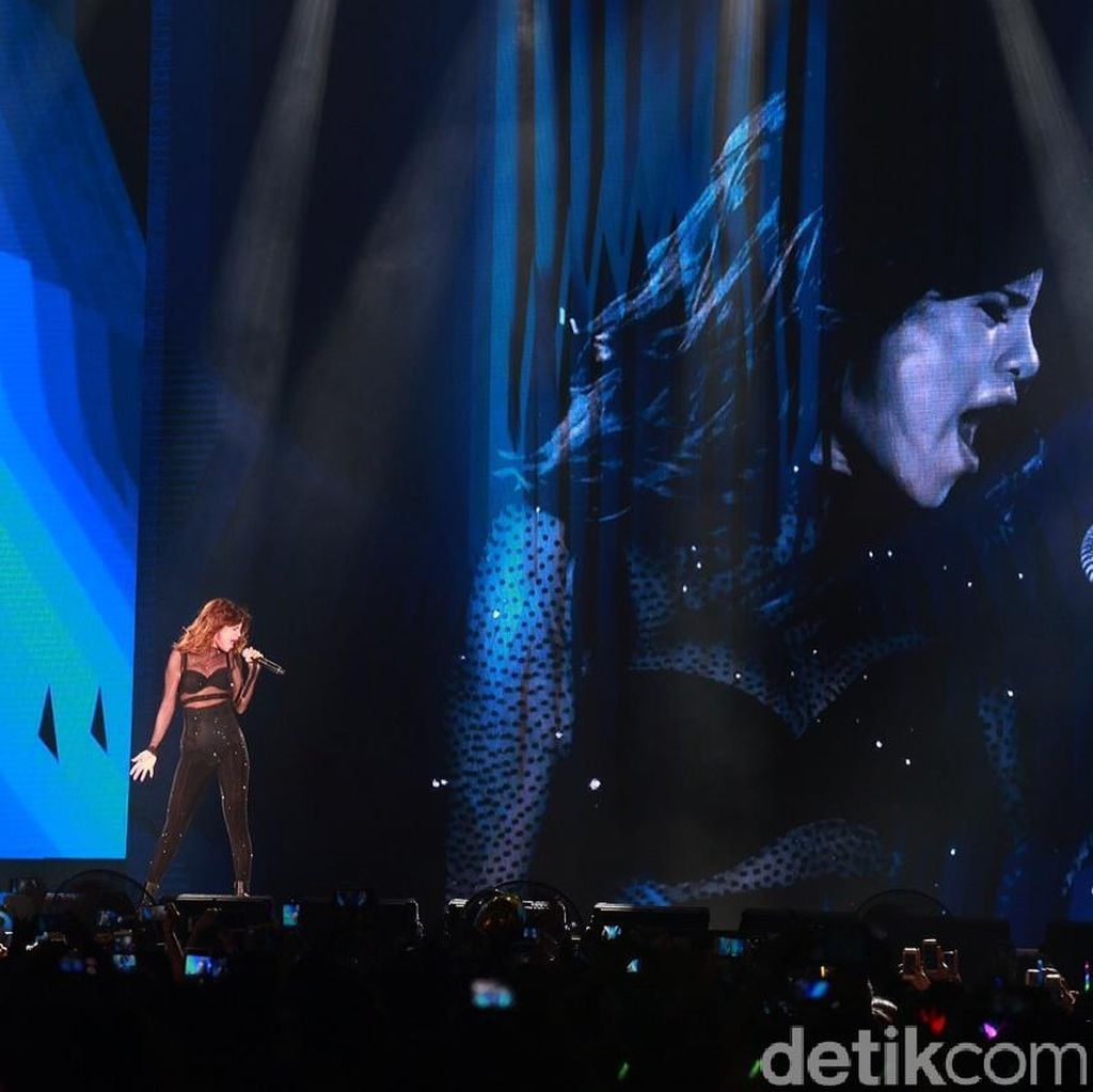 Konser Revival Tour Bernuansa Latin dan Pop Dance Selena Gomez