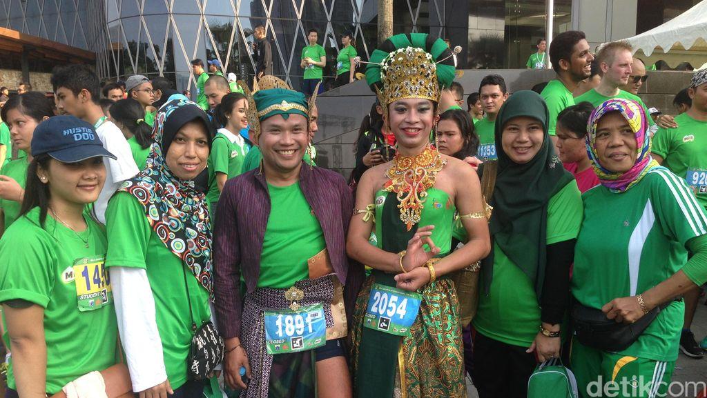 Datang dari Bandung untuk Ramaikan Jakarta 10K dengan Busana Tradisional