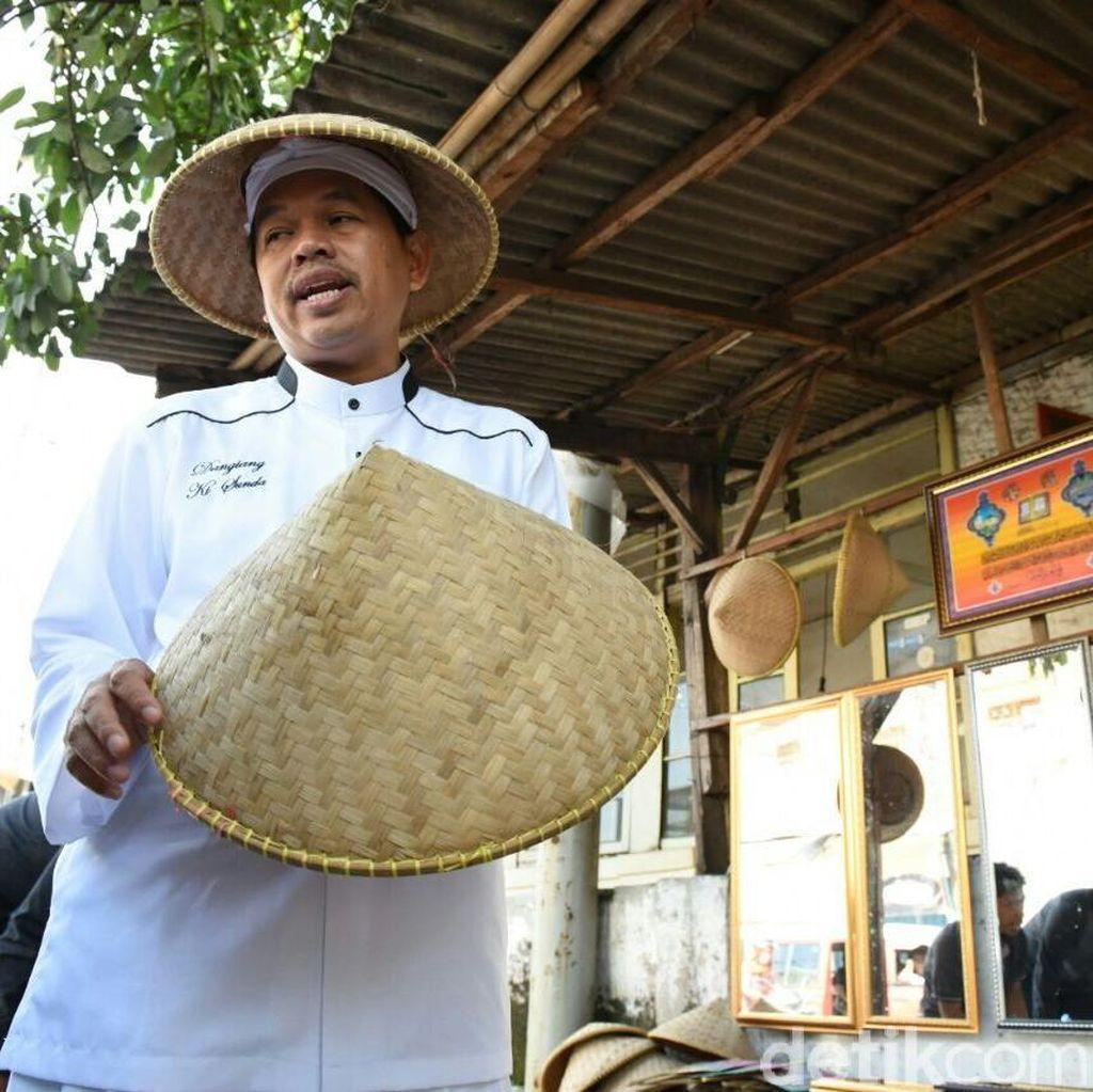 Para Pedagang di Purwakarta Mendadak Berjualan Boboko dan Cetok