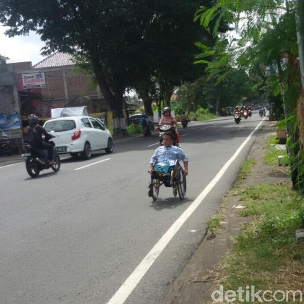 Kegigihan Edi, Tak Lelah Kayuh Kursi Roda Sejauh 6 Km ke Sekolah Tiap Hari