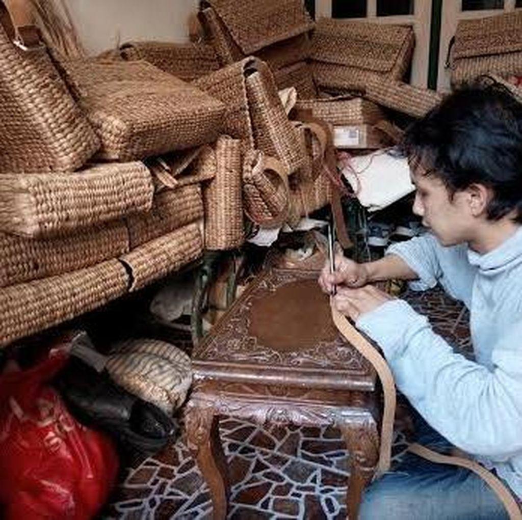 Tas Eceng Gondok Warga Kebraon Jadi Langganan Souvenir Tamu Pemkot Surabaya