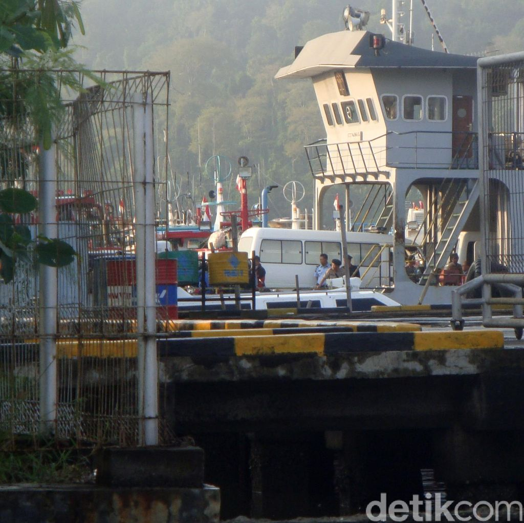 17 Mobil Ambulans Menyeberang ke Pulau Nusakambangan Angkut Peti Mati