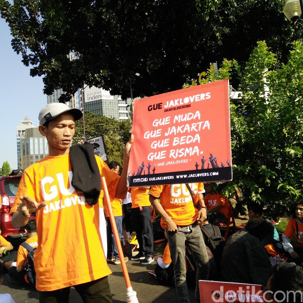Sambil Bersih-bersih Jalan, Jaklovers Dukung Risma Maju ke Pilgub DKI