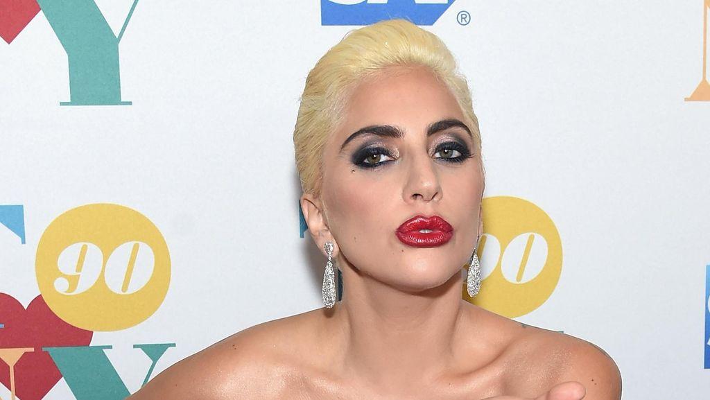 Lady Gaga Tertangkap Kamera Membeli Albumnya Sendiri