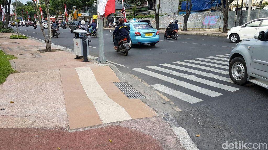 Risma Bikin Trotoar di Surabaya Ramah Bagi Penyandang Disabilitas