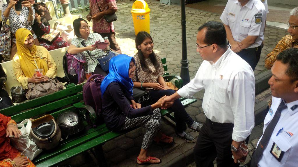 Menhub Budi Karya Tinjau Stasiun Yogya, Tanya Penumpang soal Tarif dan Toilet
