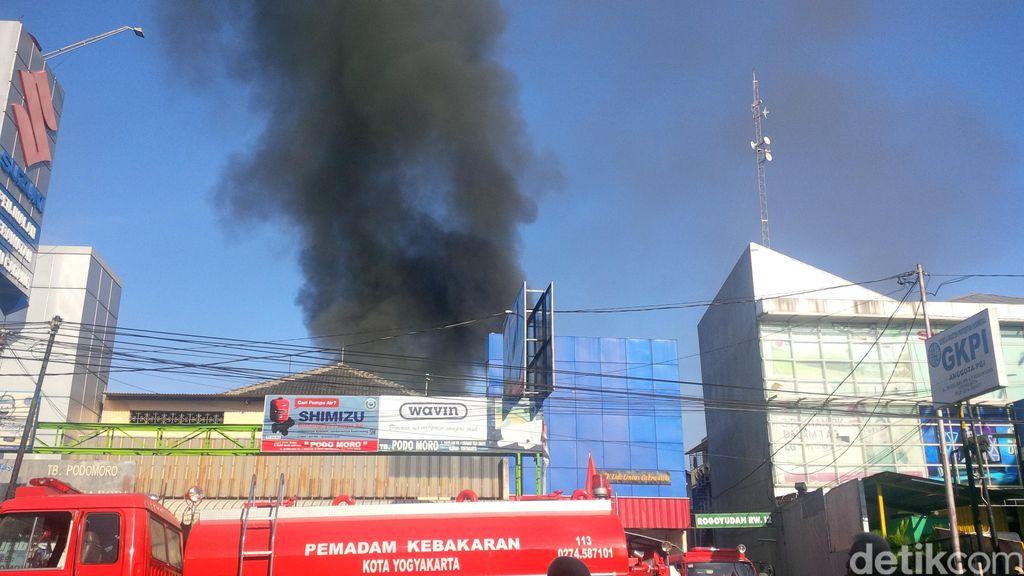 Api yang Melahap Gudang Cat di Yogya Berhasil Dipadamkan