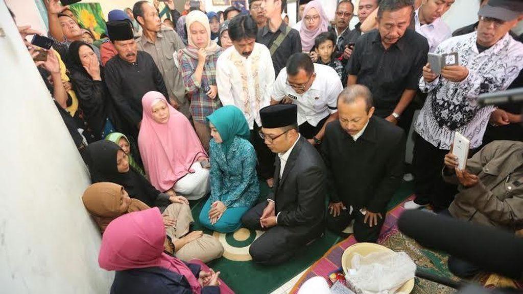 Ridwan Kamil Melayat ke Rumah Guru Olahraga yang Tewas Ditusuk Preman