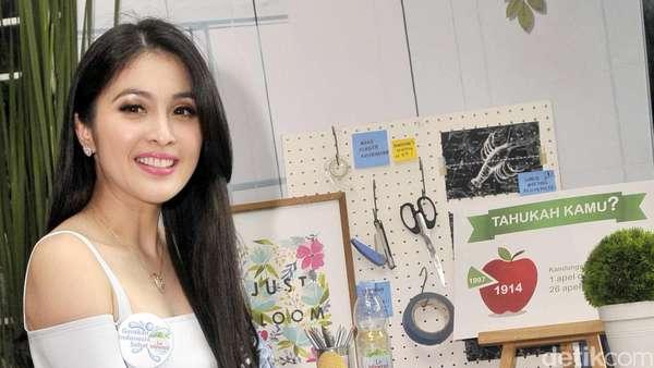 Senyum Manis Sandra Dewi