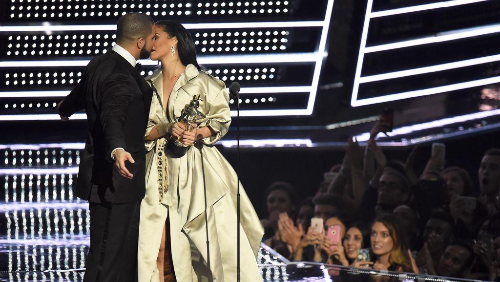 Putus (Lagi) dari Rihanna, Drake Pacari Model Seksi